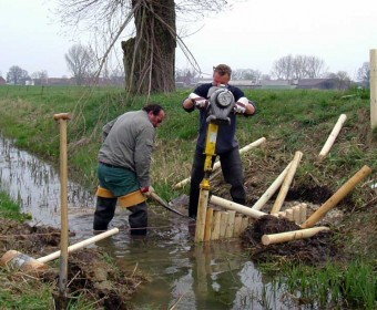 Bau einer Sohlschwelle im Gierengraben bei Neulögow